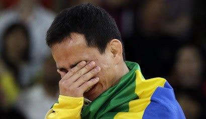 Atleta brasileño rompe por accidente su medalla olímpica y pide otra